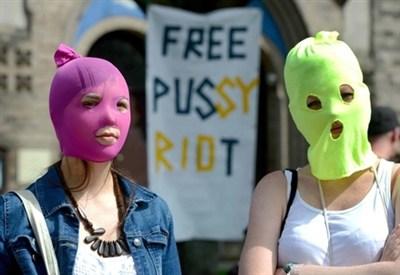 Due fan delle Pussy Riot con il tipico passamontagna colorato (Infophoto)