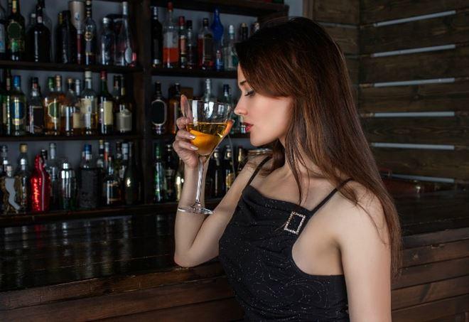 Ragazza che beve vino (immagine dal web)
