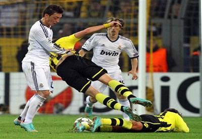 Un'immagine della partita del Westfalenstadion: 2-1 per il Borussia Dortmund (Infophoto)
