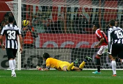 Il rigore di Robinho nella partita d'andata (Infophoto)