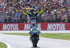 MOTOGP/ Video highlights Gran Premio d'Olanda Assen 2015: Valentino Rossi vince su Marquez. Parla Lorenzo: terzo con tanti problemi, va bene così
