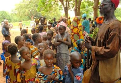 La popolazione del villaggio di Samako