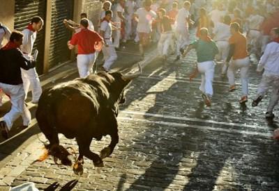 Un momento dell'encierro nel corso della festa di San Firmino