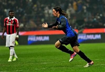 Ezequiel Schelotto festeggia il gol con l'Inter nel derby (Infophoto)
