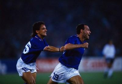 Un'immagine storica: Totò Schillaci in gol a Italia '90, inseguito da Roberto Baggio