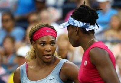 Serena Williams (32) con la sorella Venus (34): giocano il torneo di doppio