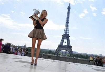 Maria Sharapova, il trofeo del Roland Garros e la Tour Eiffel: un mix perfetto