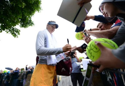 Maria Sharapova (27) firma autografi: oggi gioca contro Angelique Kerber