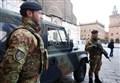 NAPOLI, SOLDATI ACCERCHIATI DALLA BABY-GANG/ Il branco insegue 3 ragazzi e li picchia davanti ai militari