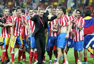 Diego Simeone circondato dai giocatori dell'Atletico Madrid (Infophoto)