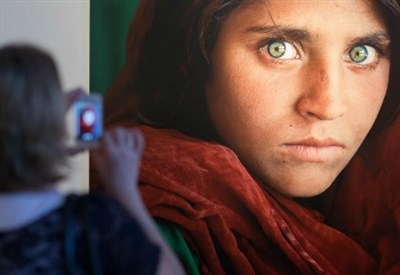 La ragazza afghana, foto di Steve McCurry (LaPresse)