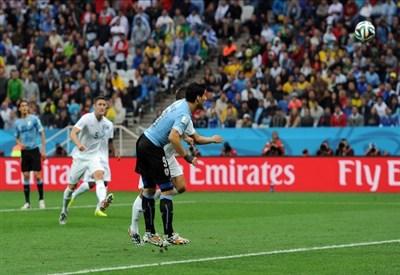 Luis Suarez segna il primo gol contro l'Inghilterra (Infophoto)