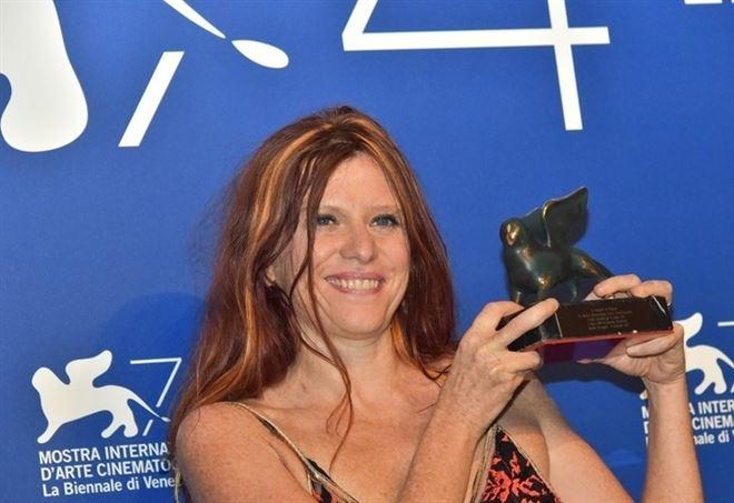 Susanna Nicchiarelli ritira il premio a Venezia (Foto di Gabriele Trevisan)