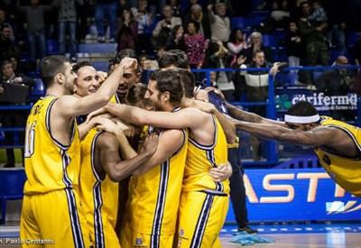 La Sutor Montegranaro festeggia la vittoria a Varese