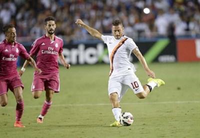 Francesco Totti al tiro nella partita di Guinness Cup contro il Real Madrid