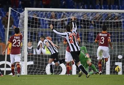 Uno dei due gol di Antonio Di Natale all'Olimpico: finì 3-2 per l'Udinese (Infophoto)