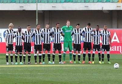 L'Udinese schierata a metà campo (Infophoto)