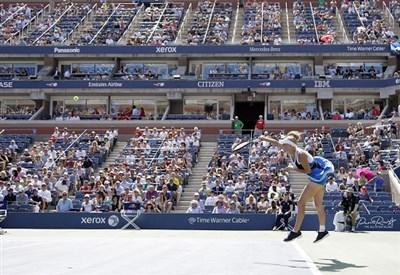 Caroline Wozniacki al servizio sul campo centrale (Infophoto)