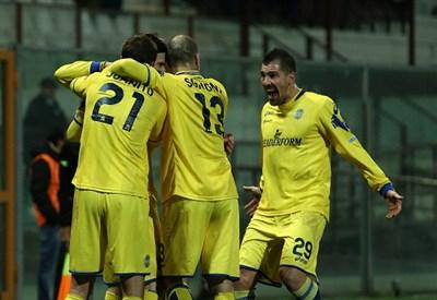Il Verona festeggia un gol (Infophoto)