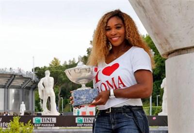 Serena Williams con il trofeo degli Internazionali d'Italia 2014