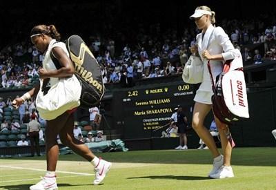 Serena Williams e Maria Sharapova entrano in campo a Wimbledon (Infophoto)