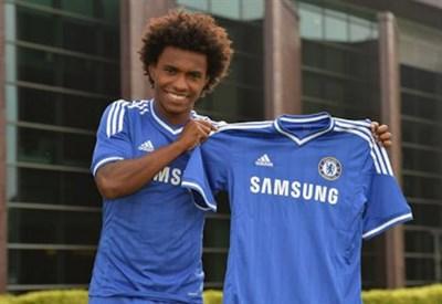 Willian in posa con la maglia del Chelsea
