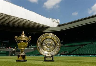I due trofei di Wimbledon in mostra sul campo centrale