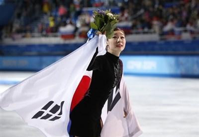 Yuna Kim esulta per l'argento: meritava l'oro (Infophoto)