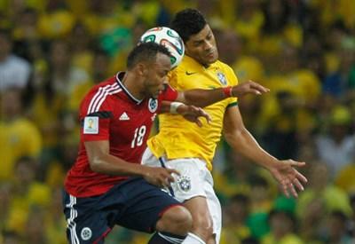 Zuniga contro Hulk in Brasile-Colombia 2-1, quarti del Mondiale 2014