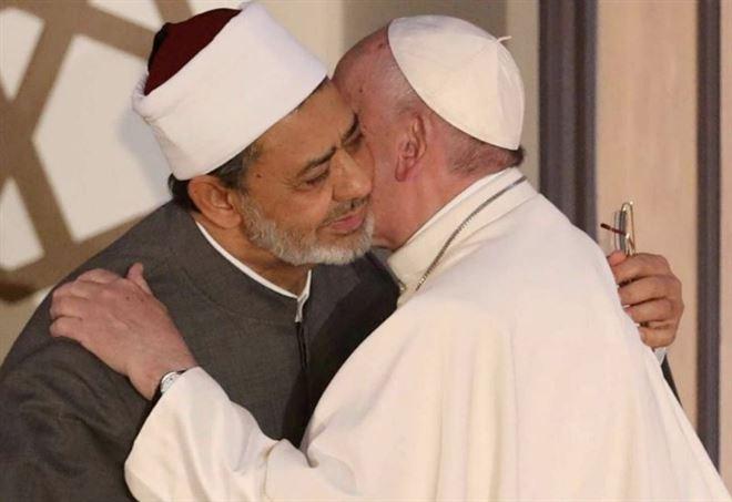 L'abbraccio tra l'Imam di al Azhar Ahmed al Tayyib e Papa Francesco (LaPresse)