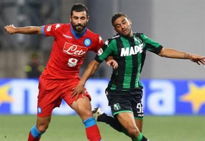 Il difensore del Napoli Raul Albiol (sinistra), 30 anni e l'attaccante del Sassuolo Gregoire Defrel, 24 (INFOPHOTO)