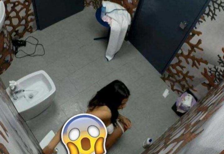 Alessia prete in bagno video in tv per errore barbara d - Grande fratello bagno ...