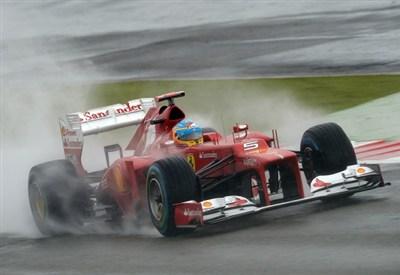 Fernando Alonso guida nella pioggia di Silverstone (Infophoto)