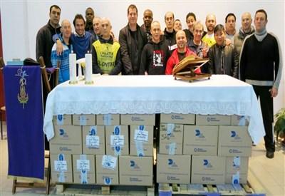 L'altare costruito con gli scatoloni della Colletta Alimentare