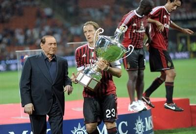 Berlusconi con la squadra rossonera (Fonte Infophoto)