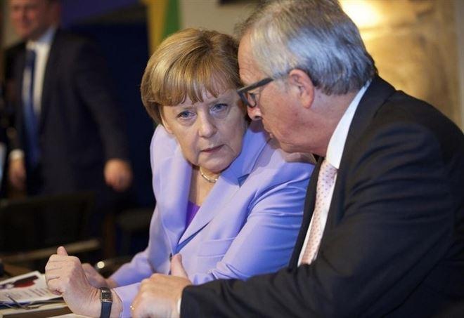Angela Merkel con Jean-Claude Juncker (LaPresse)