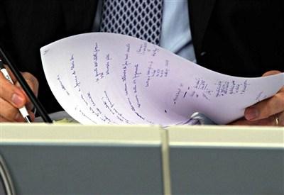 Mario Monti e i suoi appunti (Foto: Infophoto)