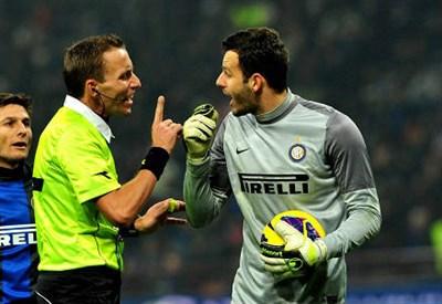 L'arbitro discute con Handanovic (Infophoto)