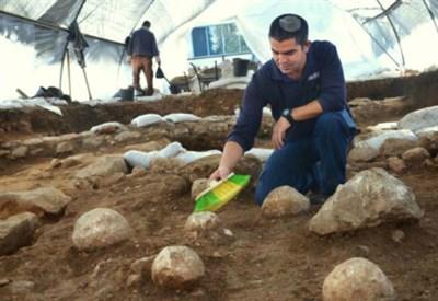 Le palle di pietra delle catapulte romane, foto Yoli Shwartz, Israel Antiquities Authority