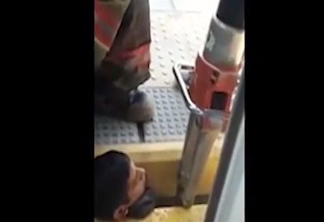 Video, cade sui binari e rimane con la testa intrappolata