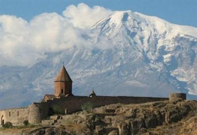Monastero armeno con l'Ararat sullo sfondo (Immagine dal web)