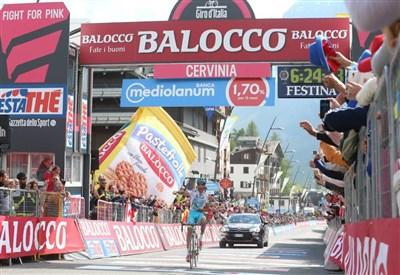 Fabio Aru esulta sul traguardo di Cervinia (da Facebook Giro d'Italia)