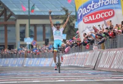 Fabio Aru esulta sul traguardo del Sestriere (da Facebook Giro d'Italia)