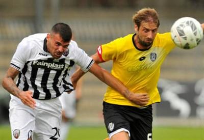 L'attaccante dell'Ascoli Andrea Petagna (sinistra), 20 anni e il difensore del Cesena Stefano Lucchini, 34 (INFOPHOTO)