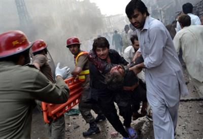 Dopo un attacco suicida in Pakistan (Infophoto)