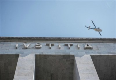 Milano, si arrampica su un'impalcatura del tribunale e minaccia di suicidarsi