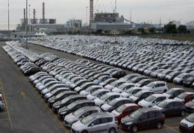 Auto invendute intasano i piazzali dei porti