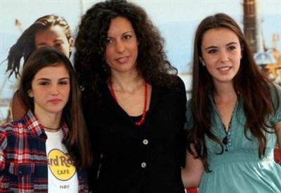 """Silvia Avallone con le protagoniste della versione cinematografica del suo """"Acciaio"""" (Infophoto)"""