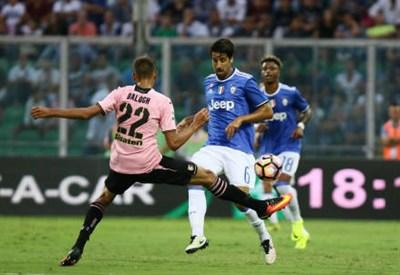 L'attaccante ungherese del Palermo Norbert Balogh, 20 anni, e il centrocampista tedesco della Juventus Sami Khedira, 29 (LAPRESSE)