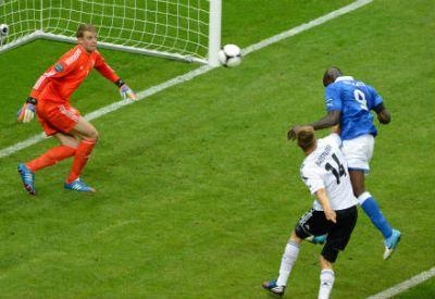 Mario Balotelli segna in Italia-Germania del 2012 (Infophoto)